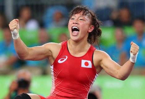 レスリング女子フリースタイル48キロ級決勝に勝ち、金メダルを獲得して喜ぶ登坂絵莉=リオデジャネイロのカリオカアリーナで2016年8月17日、小川昌宏撮影