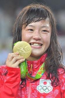 レスリング女子フリースタイル48キロ級決勝で金メダルを獲得した登坂絵莉=リオデジャネイロのカリオカアリーナで2016年8月17日、和田大典撮影