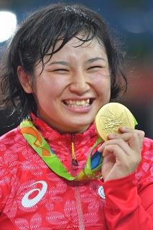 レスリング女子フリースタイル69キロ級決勝でロシアのナタリア・ボロベワに勝って金メダルを獲得した土性沙羅=リオデジャネイロのカリオカアリーナで2016年8月17日、和田大典撮影