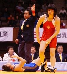 レスリング全日本選手権の女子55キロ級で吉田沙保里(右)が坂本日登美をフォールで破り優勝=東京・代々木第2体育館で2002年12月23日、小林努撮影