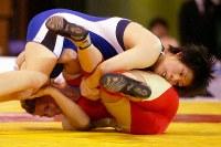 女子レスリングの国別対抗戦・ワールドカップ(W杯)でカナダのトーニャ・バ-ビックにフォール勝ちした55キロ級の吉田沙保里(上)=東京・代々木第2体育館で2003年10月11日、竹内幹撮影