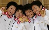 アジア選手権で金メダルを手に笑顔を見せる(左から)48キロ級の伊調千春、55キロ級の吉田沙保里、63キロ級の伊調馨、72キロ級の浜口京子=東京・国立オリンピック記念青少年総合センターで2004年5月23日、尾籠章裕撮影