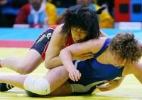 ドーハアジア大会のレスリング女子55キロ級決勝でカザフスタンのスミルノワを破り、優勝した吉田沙保里(上)=カタール・ドーハのアスパイア屋内競技場で2006年12月11日、北村隆夫撮影