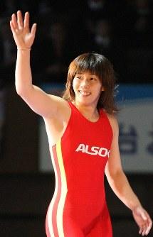 レスリング全日本選手権の女子55キロ級で優勝を決め、笑顔で手を振る吉田沙保里=代々木第2体育館で2007年12月23日、山本晋撮影