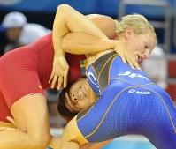 北京五輪のレスリングフリースタイル女子55キロ級1回戦でスウェーデンのネレルを攻める吉田沙保里(右)=中国農大体育館で2008年8月16日、矢頭智剛撮影