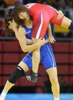 北京五輪の55キロ級準決勝で、カナダのバービークを持ち上げる吉田沙保里(下)=中国農大体育館で2008年8月16日、矢頭智剛撮影