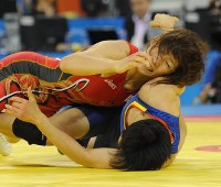 北京五輪のレスリング女子55キロ級決勝で、中国の許莉を攻める吉田沙保里=中国農大体育館で2008年8月16日、矢頭智剛撮影