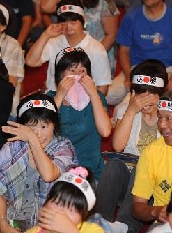 北京五輪での吉田沙保里選手の金メダルに涙する地元の人たち=津市の一志中央公民館で2008年8月16日、竹内幹撮影