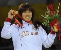 北京五輪のレスリング女子55キロ級決勝で優勝し、金メダルを手に歓声に応える吉田沙保里=中国農大体育館で2008年8月16日、矢頭智剛撮影