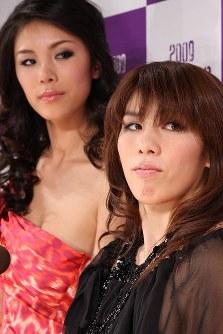 「ミス・ユニバース」日本代表選考会に向けた記者発表会でスペシャルゲストとして吉田沙保里(手前)が美しく変身した姿を披露。後ろは昨年ミス・ユニバースの森理世=2008年10月20日、小座野容斉撮影