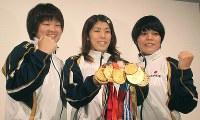 これまで五輪と世界選手権で取った9個の金メダルを手にする吉田沙保里=名古屋市内で2010年8月24日、村社拓信撮影