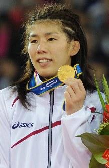 広州アジア大会のレスリング女子フリースタイル55キロ級で優勝し、表彰式でメダルを見せる吉田=華南理工大体育館で2010年11月26日、西本勝撮影