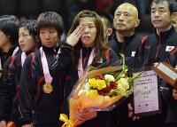 レスリング女子の国別対抗戦ワールドカップ(W杯)決勝戦で敗れ、表彰式で涙を流す吉田(中央)=代々木第2体育館で2012年5月27日、西本勝撮影