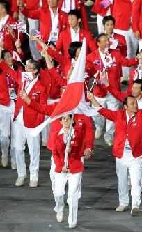 ロンドン五輪の開会式で、日本の選手たちの先頭で旗手をつとめる吉田沙保里選手=ロンドンの五輪スタジアムで2012年7月27日、望月亮一撮影