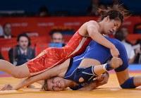 ロンドン五輪のレスリング女子55キロ級の3回戦でアゼルバイジャンのラトケビッチ(下)を破った吉田沙保里=ロンドンのエクセルで2012年8月9日、西本勝撮影