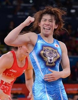 ロンドン五輪のレスリング女子55キロ級で優勝しガッツポーズをする吉田=ロンドンのエクセルで2012年8月9日、西本勝撮影