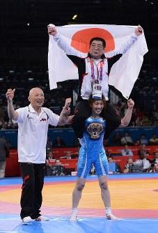 五輪3連覇を果たし、父・栄勝さんを肩車して喜ぶ吉田沙保里選手。左は栄和人監督=ロンドンのエクセルで2012年8月9日、西本勝撮影