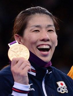 ロンドン五輪のレスリング女子55キロ級の表彰式の後で金メダルを手に笑顔の吉田(左から2人目)=ロンドンのエクセルで2012年8月9日、西本勝撮影