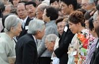 天皇、皇后両陛下と歓談するレスリングの吉田沙保里選手(右)ら=赤坂御苑で2012年10月25日、丸山博撮影