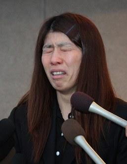 涙をこらえながら急死した父栄勝さんについて語る吉田沙保里=津市で2014年3月13日午後5時35分、谷口拓未撮影