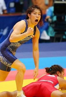仁川アジア大会のレスリング女子55キロ級決勝で優勝を決め、声をあげる吉田=韓国・仁川の桃源体育館で2014年9月28日、小川昌宏撮影