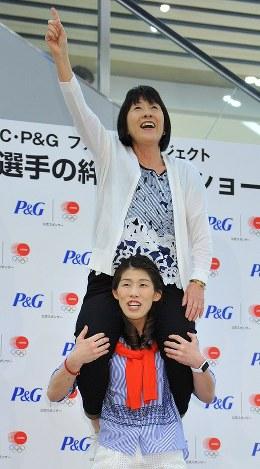 母の日の催しに出演し、感謝を込めて母・幸代さん(上)を肩車するレスリングの吉田沙保里選手=千葉市美浜区で2015年5月10日、猪飼健史撮影