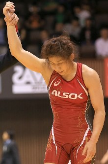 レスリング全日本選抜選手権の女子53キロ級決勝で、疲れた様子で勝ち名乗りを受ける吉田沙保里=東京・代々木第2体育館で2015年6月21日、梅村直承撮影