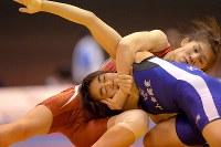 全日本レスリング選手権の女子55キロ級2回戦で、入江くみからポイントを奪う吉田沙保里(奥)=代々木第2体育館で2015年12月23日、和田大典撮影