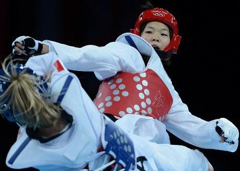 ロンドン五輪のテコンドー女子57キロ級3位決定戦でマルレネ・アルノワ(下)に敗れた浜田真由=ロンドンのエクセルで2012年8月9日、西本勝撮影