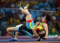 リオ五輪レスリング女子フリースタイル48キロ級でカザフスタンの選手を投げる中国の選手=ゲッティ