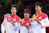 卓球男子団体で銀メダルを獲得した(右から)吉村真晴、丹羽孝希、水谷隼=リオデジャネイロのリオ中央体育館で2016年8月17日、小川昌宏撮影