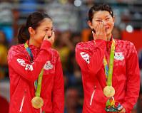 バドミントンの女子ダブルスで金メダルを獲得して涙する高橋礼華(右)と松友美佐紀=リオ中央体育館で2016年8月18日、小川昌宏撮影