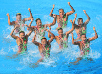 Japanese synchronized swimmers perform during their team technical routine at the Maria Lenk Aquatics Centre, at the 2016 Rio Olympics on Aug. 18, 2016. The Japanese team came in third. (Mainichi/Naotsune Umemura)