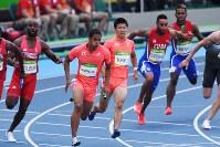 陸上男子400メートルリレー予選、桐生祥秀(中央右)からバトンを受けて走るアンカーのケンブリッジ飛鳥(同左)=リオデジャネイロの五輪スタジアムで2016年8月18日、三浦博之撮影