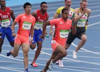 陸上男子400メートルリレー予選、桐生祥秀(左から2人目)からバトンを受けて走るアンカーのケンブリッジ飛鳥(手前)=リオデジャネイロの五輪スタジアムで2016年8月18日、三浦博之撮影