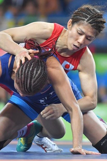 レスリング女子53㌔級準決勝でベネズエラの選手を攻める吉田沙保里=リオデジャネイロのカリオカアリーナで2016年8月18日、和田大典撮影