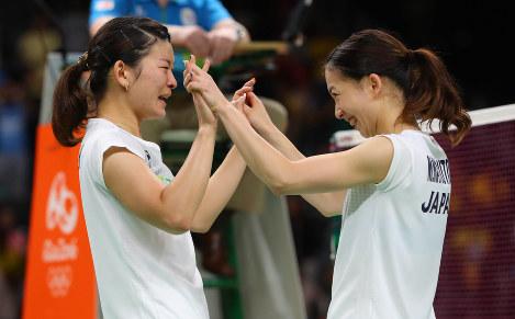 決勝でデンマークのペアを破って金メダルを獲得し、喜ぶ高橋礼華(左)、松友美佐紀組=リオデジャネイロのリオ中央体育館で2016年8月18日、小川昌宏撮影
