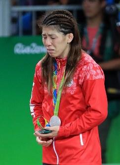 レスリング女子53キロ級の表彰式で銀メダルを胸に涙が止まらない吉田沙保里=リオデジャネイロのカリオカアリーナで2016年8月18日、梅村直承撮影