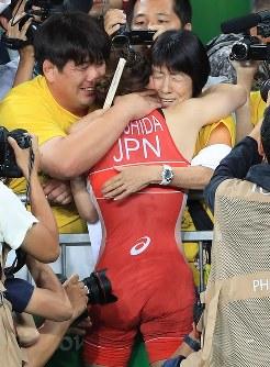 レスリング女子53キロ級決勝で敗れ母幸代さん(右)に抱き締められる吉田沙保里(手前)=リオデジャネイロのカリオカアリーナで2016年8月18日、梅村直承撮影