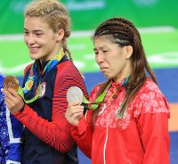 レスリング女子53キロ級の表彰後に金メダルを掲げる笑顔のヘレン・マルーリス(左)と、銀メダルを手に涙が止まらない吉田沙保里=リオデジャネイロのカリオカアリーナで2016年8月18日、梅村直承撮影