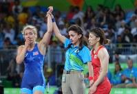 レスリング女子53キロ級決勝で米国のヘレン・マルーリス(左)に敗れた吉田沙保里(右)=リオデジャネイロのカリオカアリーナで2016年8月18日、小川昌宏撮影