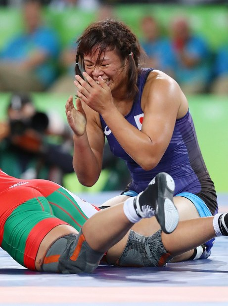 レスリング女子63キロ級決勝でベラルーシのマリア・ママシュクに勝って優勝を決め、顔を覆う川井梨紗子=リオデジャネイロのカリオカアリーナで2016年8月18日、小川昌宏撮影