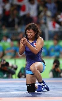 レスリング女子63キロ級決勝でベラルーシのマリア・ママシュクに勝って優勝を決めた川井梨紗子=リオデジャネイロのカリオカアリーナで2016年8月18日、小川昌宏撮影