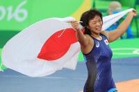 レスリング女子63キロ級決勝を制し、日の丸を手に喜ぶ川井梨紗子=リオデジャネイロのカリオカアリーナで2016年8月18日、梅村直承撮影