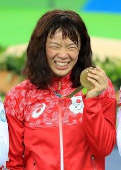 レスリング女子63キロ級決勝の表彰式後、金メダルを手に笑顔の川井梨紗子=リオデジャネイロのカリオカアリーナで2016年8月18日、梅村直承撮影