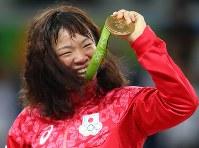 レスリング女子63キロ級決勝で金メダルを獲得し、メダルを掲げて声援に応える川井梨紗子=リオデジャネイロのカリオカアリーナで2016年8月18日、小川昌宏撮影