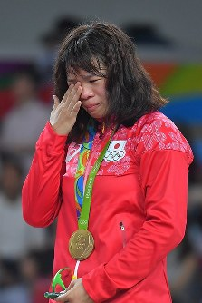 レスリング女子63キロ級決勝で優勝し、表彰台で涙を流す川井梨紗子=リオデジャネイロのカリオカアリーナで2016年8月18日、和田大典撮影