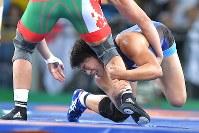 レスリング女子63キロ級決勝でベラルーシのマリア・ママシュクを攻める川井梨紗子=リオデジャネイロのカリオカアリーナで2016年8月18日、和田大典撮影