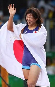 レスリング女子63キロ級決勝でベラルーシのマリア・ママシュクに勝って優勝を決め、日の丸をまとって笑顔の川井梨紗子=リオデジャネイロのカリオカアリーナで2016年8月18日、小川昌宏撮影