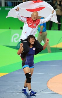 レスリング女子63キロ級決勝を制し、栄和人チームリーダー(上)を肩車して喜ぶ川井梨紗子=リオデジャネイロのカリオカアリーナで2016年8月18日、梅村直承撮影